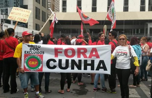 Manifestantes mostram faixa de protesto contra Eduardo Cunha, presidente da Câmara dos Deputados (Foto: Gabriela Gonçalves/G1)