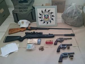 Armas, munições e dinheiro foram apreendidos durante operação para combater crimes durante período eleitoral no Norte do RS (Foto: Divulgação/Polícia Civil)