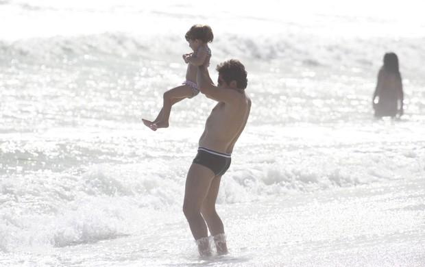 Daniel com a filha na praia da Barra (Foto: Dilson Silva / AgNews)