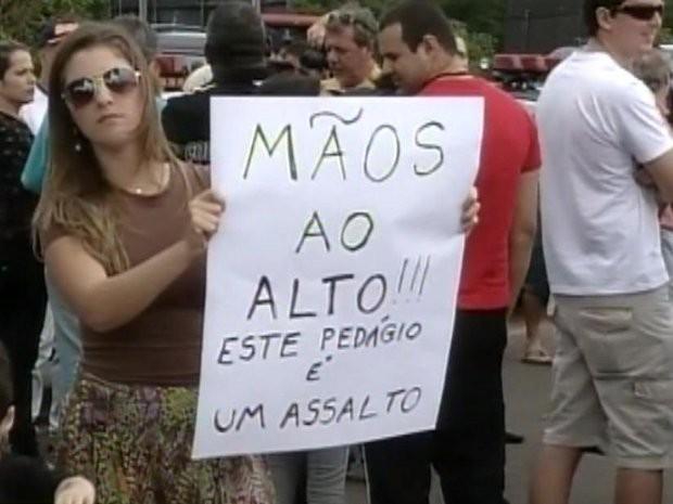 Moradores protestam com cartazes contra a cobrança da tarifa (Foto: Reprodução / TV Tem)