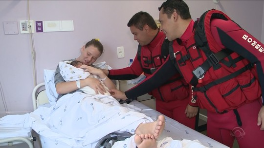 'A criança começou a nascer ali mesmo', diz bombeiro que fez parto em meio a enchente em SC
