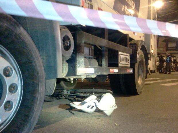 Bicicleta das vítimas ainda estava embaixo do veículo após o acidente em São José dos Campos. (Foto: Jonatan Morel/TV Vanguarda)
