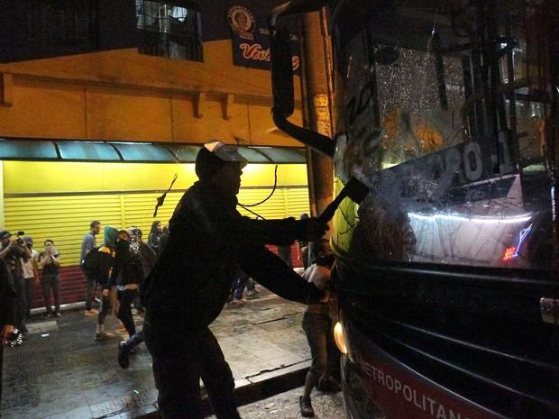 Manifestante depreda ônibus na região central de São Paulo durante protesto contra o aumento da passagem (Foto: Daniel Teixeira/Estadão Conteúdo)
