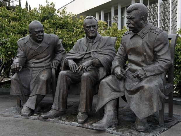 O monumento 'Os Três Grandes' foi inaugurado nesta quinta-feira (5) em Yalta, na Crimeia, em homenagem à reunião dos líderes Josef Stalin, Frenklin Roosevelt e Winston Churchill (Foto: AP Photo/Alexander Polegenko)