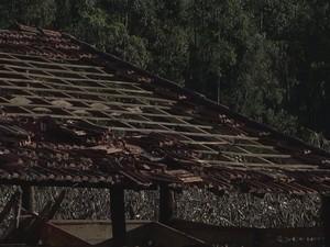 Casas do bairro Gramadão ficaram destelhadas após vendaval (Foto: Reprodução/TVTEM)