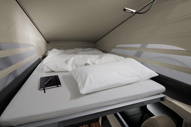 A cobertura sanfonada abre espaço para uma cama cujo estrado pode ser elevado (Foto: Divulgação)