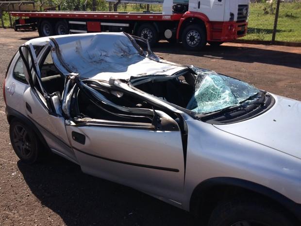 Segundo PRF, os rapazes que estavam do lado direito do carro morreram no local do acidente. (Foto: Rodolfo Pardini/ RPC Noroeste)