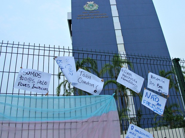 Grupo pregou cartazes em frente à ALE-AM (Foto: Indiara Bessa/G1 AM)