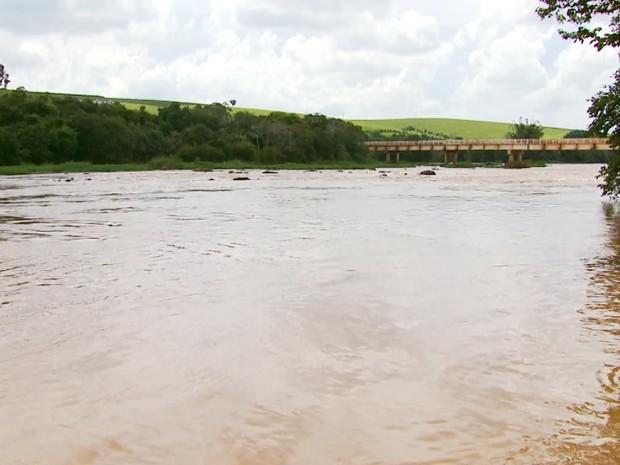 Rio Sapucaí, que deságua no Lago de Furnas, começa a se recuperar (Foto: Reprodução EPTV)
