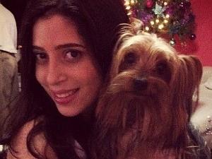 Gabriela Belota com o cachorro Rick; animal também foi morto na casa (Foto: Divulgação/Polícia Civil)