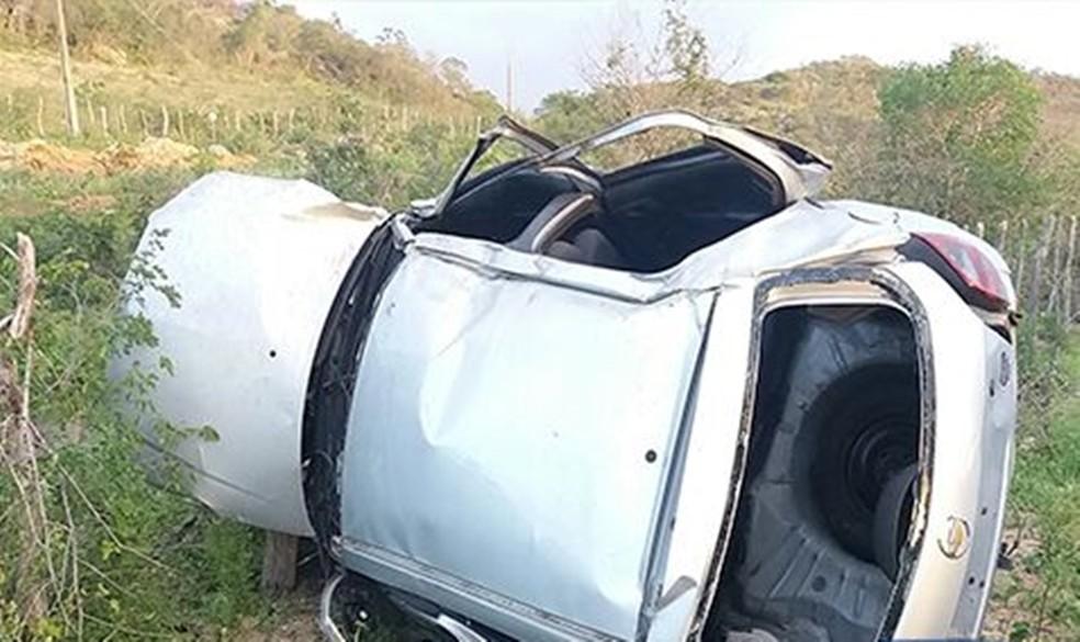Carro capotou após motorista perder o controle próximo de um posto de combustíveis (Foto: Divulgação/Polícia Militar)