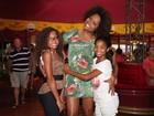 Adriana Bombom leva filhas ao circo
