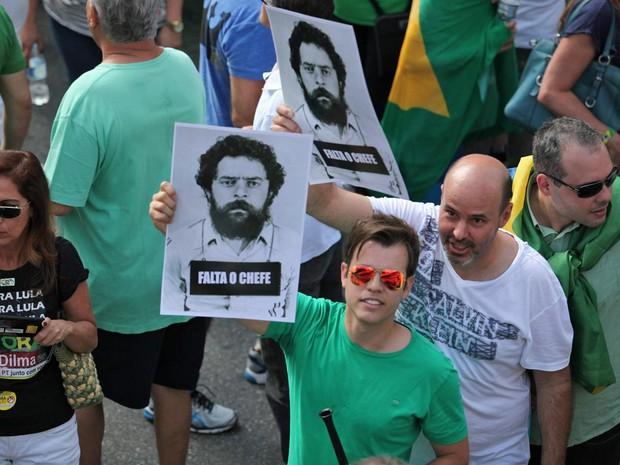 SÃO PAULO - Manifestantes exibem cartazes com foto do ex-presidente Lula durante protesto na Avenida Paulista (Foto: Fábio Tito/G1)