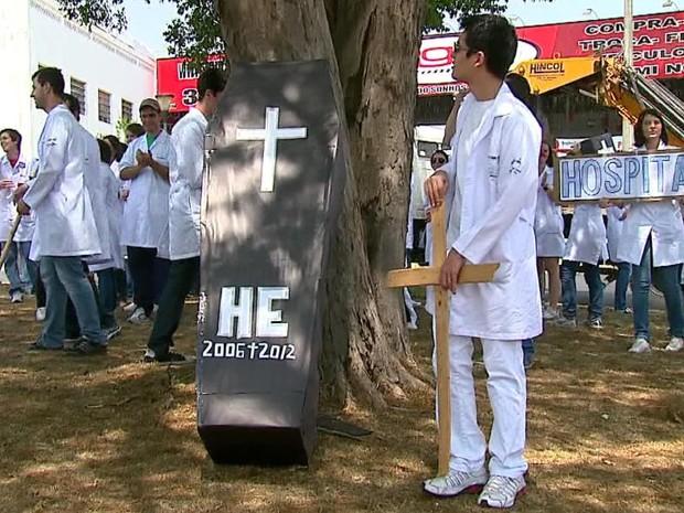 Alunos do curso de medicina da Universidade Federal de São Carlos (UFSCar) fazem protesto na Avenida São Carlos (Foto: Reprodução/EPTV)