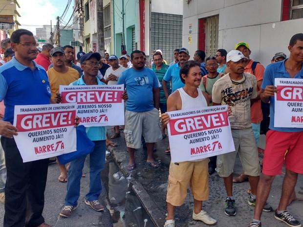 Categoria se reuniu em assembleia na sede do sindicato, no Recife, na manhã desta segunda (16) (Foto: José Dilermano/ TV Globo)