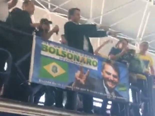 Em trio elétrico, Bolsonaro é recebido por multidão no aeroporto de Fortaleza (Foto: Reprodução/Facebook)