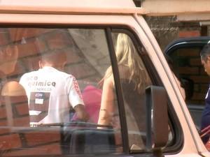 Uma das vítimas chegou em cadeira de rodas e foi coberta por pano para não ser identificada  (Foto: Reprodução/TV Clube)