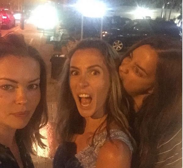 A modelo Irina Shayk brincando com amigas durante uma viagem (Foto: Instagram)