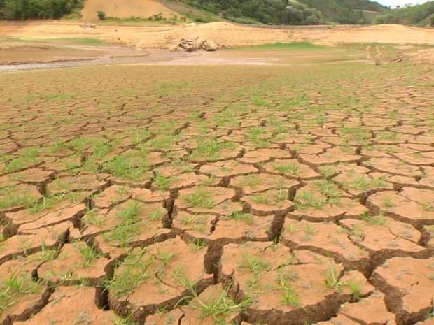 Leito do Rio Santa Maria da Vitória, que abastece a região Metropolitana e outros municípios do interior (Foto: Reprodução/ TV Gazeta)