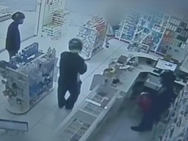 Câmeras registraram a ação dos criminosos na farmácia  (Foto: Reprodução / TV TEM)