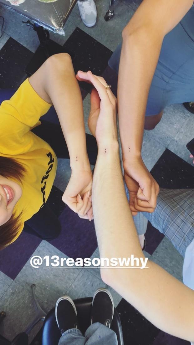 Selena Gomez com atores de 13 Reasons Why (Foto: Reprodução/Instagram)