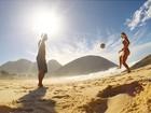De biquíni, Dixie Pratt joga 'altinho' na praia