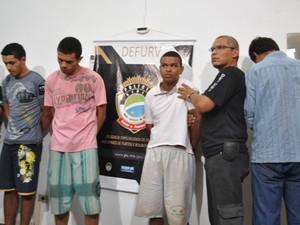Três homens presos pela morte do empresário; de costas, funileiro que foi solto após pagar fiança (Foto: Nadyenka Castro/ G1 MS)