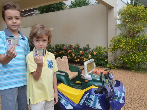 João Pedro (a esquerda) e João Victor não podem mais brincar com as carteiras impressas pelo pai em Ribeirão Preto, SP (Foto: Adriano Oliveira/G1)