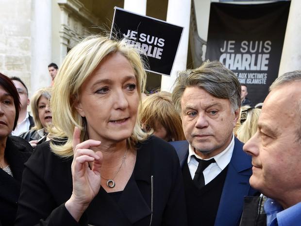 Depois de afirmar que não recebeu um convite oficial do governo e que a união nacional é fictícia, a líder da extrema direita Marine Le Pen participa de marcha (Foto: AFP/Pascal Guyot)
