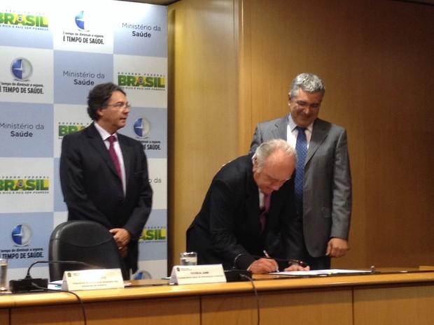 Fabricantes de alimentos e ministro da Saúde, Alexandre Padilha, assinam acordo para reduzir quantidade de sódio em grupo de alimentos (Foto: Luciana Amaral/G1)