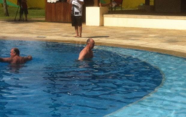 luiz felipe scolari felipão na piscina com o auxiliar murtosa hotel (Foto: Leandro Canônico)