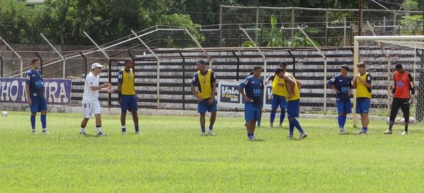 Marcos Badday orienta os jogadores no treino-coletivo deste sábado, 9, no estádio Mamudão. (Foto: Caio Mourão/Assessoria do Democrata)