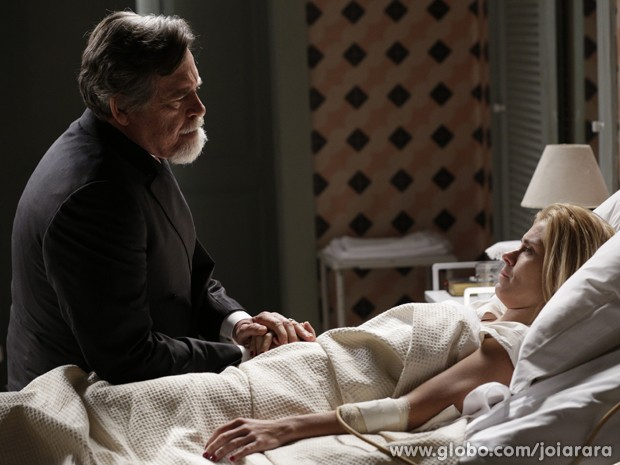 Iolanda perde bebê e recebe visita de Ernest (Foto: Fábio Rocha/TV Globo)
