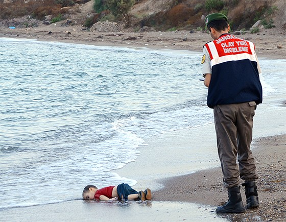 O menino sírio Aylan jaz  numa praia  da Turquia.  Ele morreu afogado  na travessia  para a Grécia (Foto: AP Photo/DHA)
