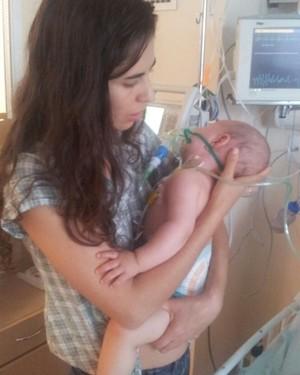 Lívia e o filho no hospital (Foto: Arquivo Pessoal/ Lívia Martins Pereira)