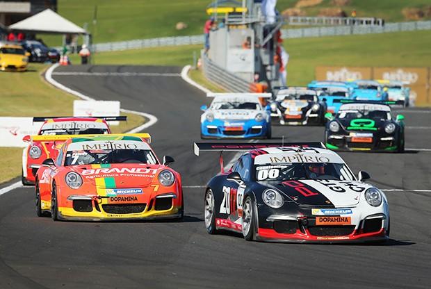 Constantino Jr #00 e Miguel Paludo #7 em disputa de posições no Velo Città (Foto: Divulgação/Luca Bassani;Porsche Império GT3 Cup)