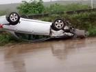 Carro capota após aquaplanagem e 2 pessoas ficam feridas em Caruaru