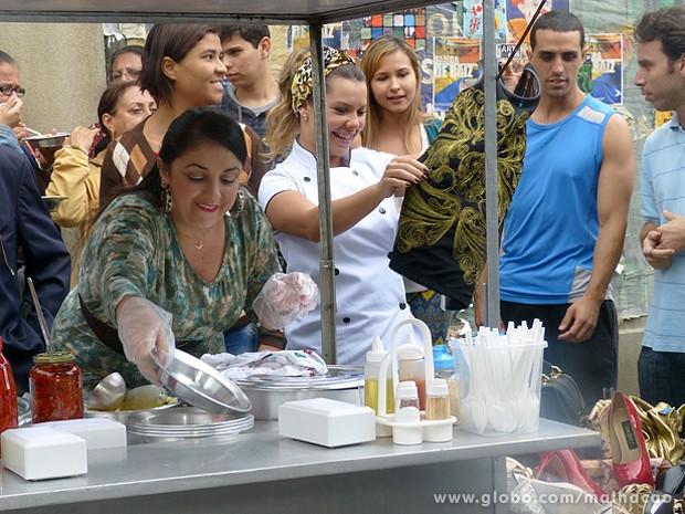 Bernardete resolveu dar suas roupas de brinde para os fregueses (Foto: Malhação / TV Globo)