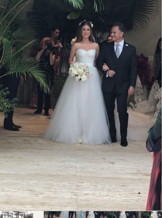Marina foi levada ao altar pelo pai, na cerimônia marcada pela emoção (Foto: reprodução)