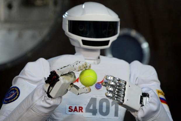 Robô SAR-401 tem habilidades como segurar objetos pequenos. (Foto: AFP Photo/Kirill Kudryavtsev)