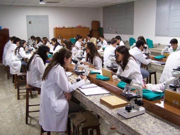 Alunos da Emescam, em Vitória (Foto: A Gazeta/ Arquivo - 6/12/2006)