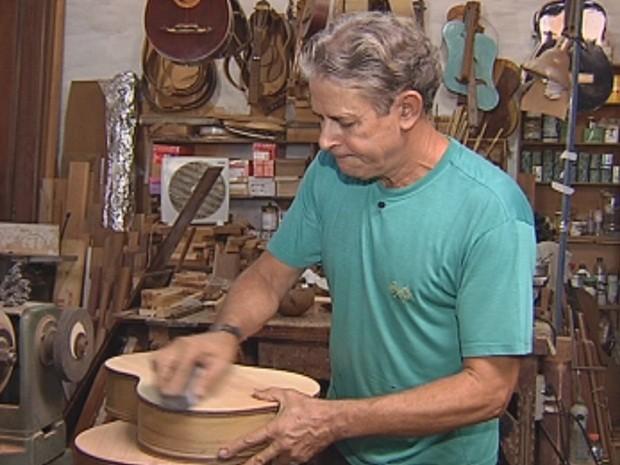 Aparecido Miranda transforma madeira velha em instrumentos musicais (Foto: Reprodução/TV TEM)