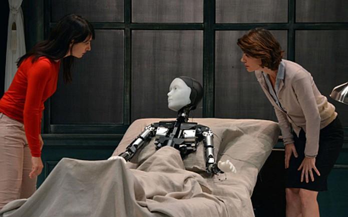 Peça com ator robô será exibida em festival na França (foto: Reprodução/Telegraph)