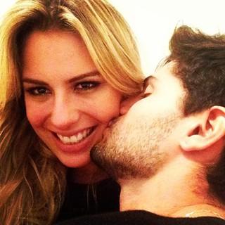 Fernanda Keulla posta foto ganhando beijo de André (Foto: Instagram / Reprodução)