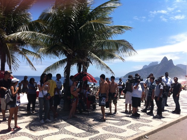 Fãs de Madonna aguardam cantona que até 13h33 não havia aparecido na sacada do Fasano (Foto: Cristiane Cardoso/ G1)