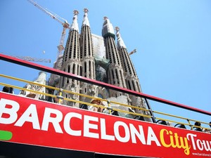 Ônibus turístico em Barcelona, capital da Catalunha (Foto: Friso Gentsch/DPA/dpa Picture-Alliance/AFP)