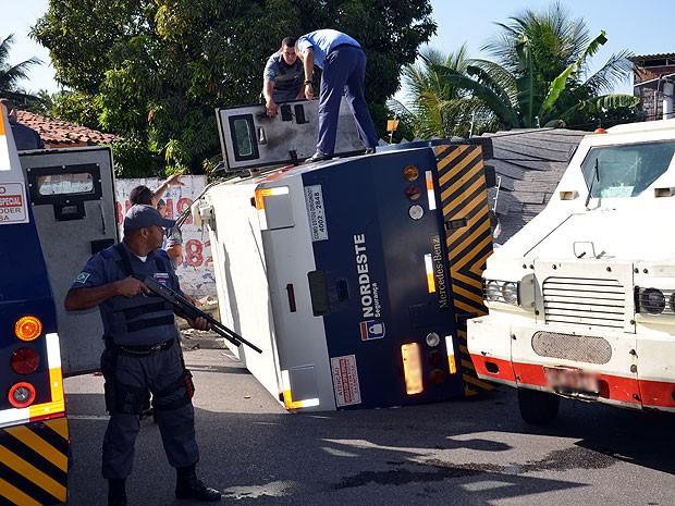 Carro forte capota após manobra em João  Pessoa (Foto: Walter Paparazzo/G1)