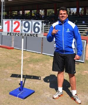 Mauro Pena comemora quebra de recorde no arremesso de peso (Foto: Edson Cavalli/ADD-MS)