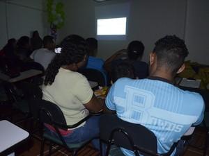 Internos assistindo filme com a família no Centro de Ressocialização do Iapen (Foto: Maiara Pires/G1)