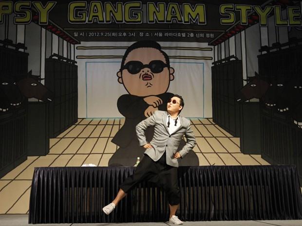 Sul-coreano Psy faz a dança do hit 'Gangnam style' durante coletiva de imprensa em hotel de Seul neste terça-feira (25) (Foto: Kim Hong-Ji/Reuters)